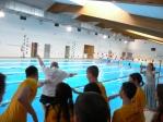symboliczne wrzucenie instruktora do wody